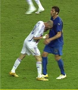 Zidane le aplica un cabezazo a Materazzi en la final del Mundial Alemania 2006