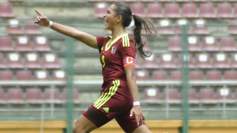 Deyna Castellanos, celebra el gol del triunfo